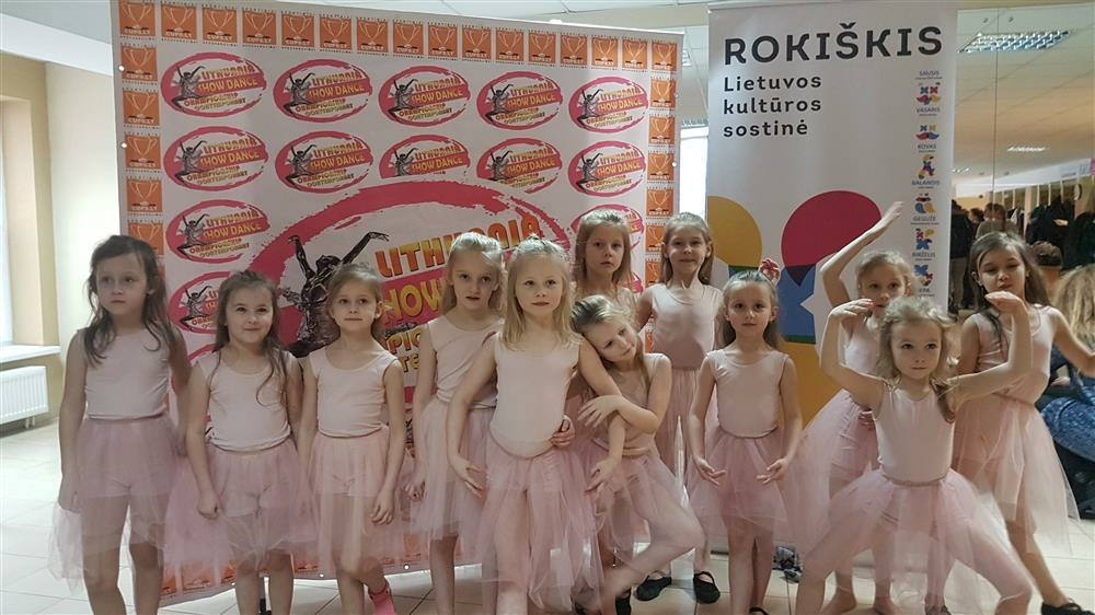 Iš Lietuvos šou šokio ir modernaus šokio čempionato – su nugalėtojų taure rankose
