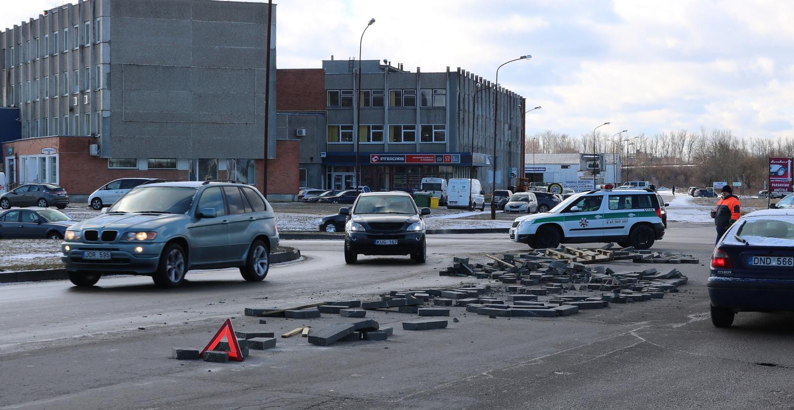 Posūkyje krovinys iškrito iš sunkvežimio priekabos (vaizdo įrašas)