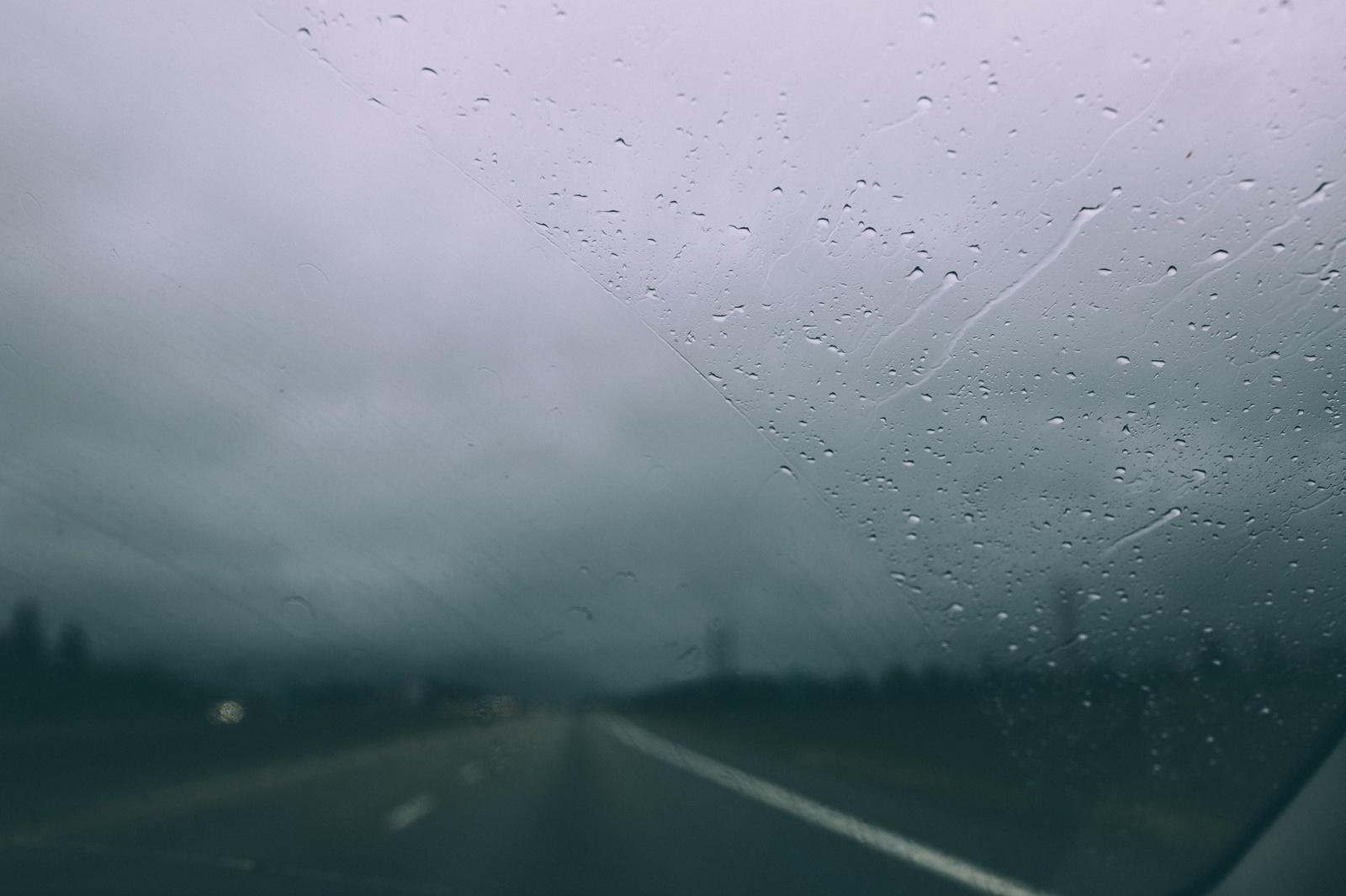 Naktį eismą sunkins lietus, šlapdriba ir vietomis susidarysiantis plikledis