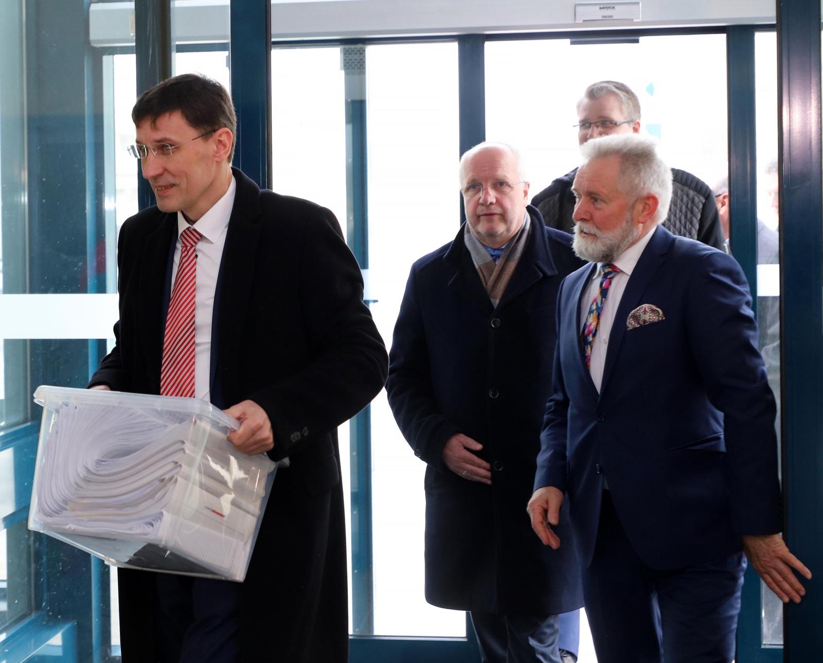 Prezidento posto siekiančio V. Andriukaičio komanda VRK įteikė surinktus parašus