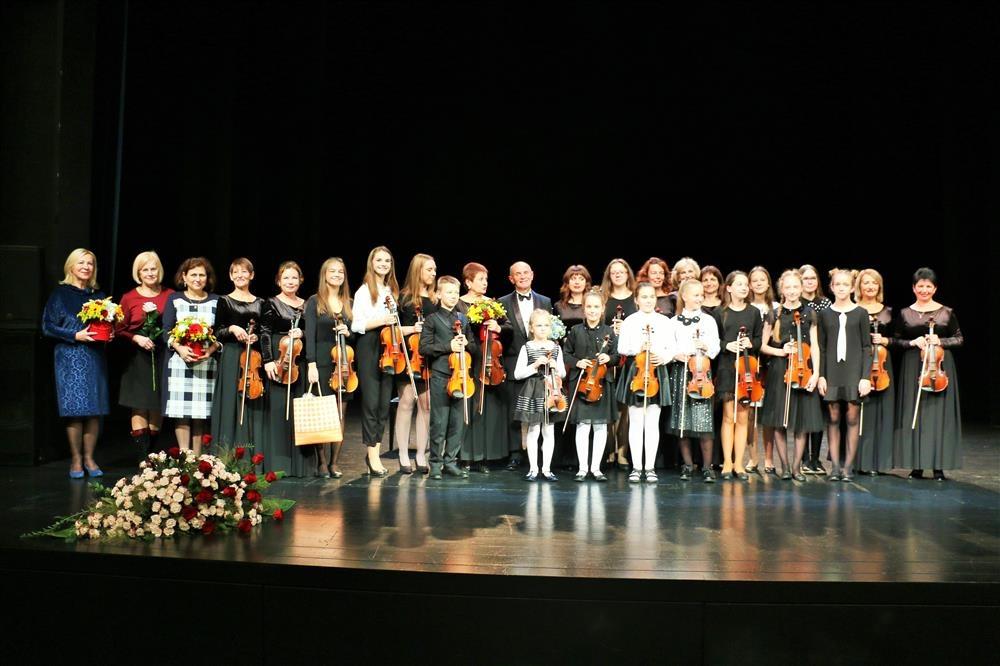 Jaunieji Alytaus muzikos mokyklos smuikininkai į Kremenčuką veš muzikinę dovaną