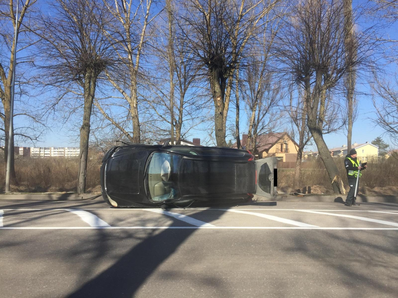 Nesuvaldytas automobilis trenkėsi į medį ir apvirto (vaizdo įrašas)