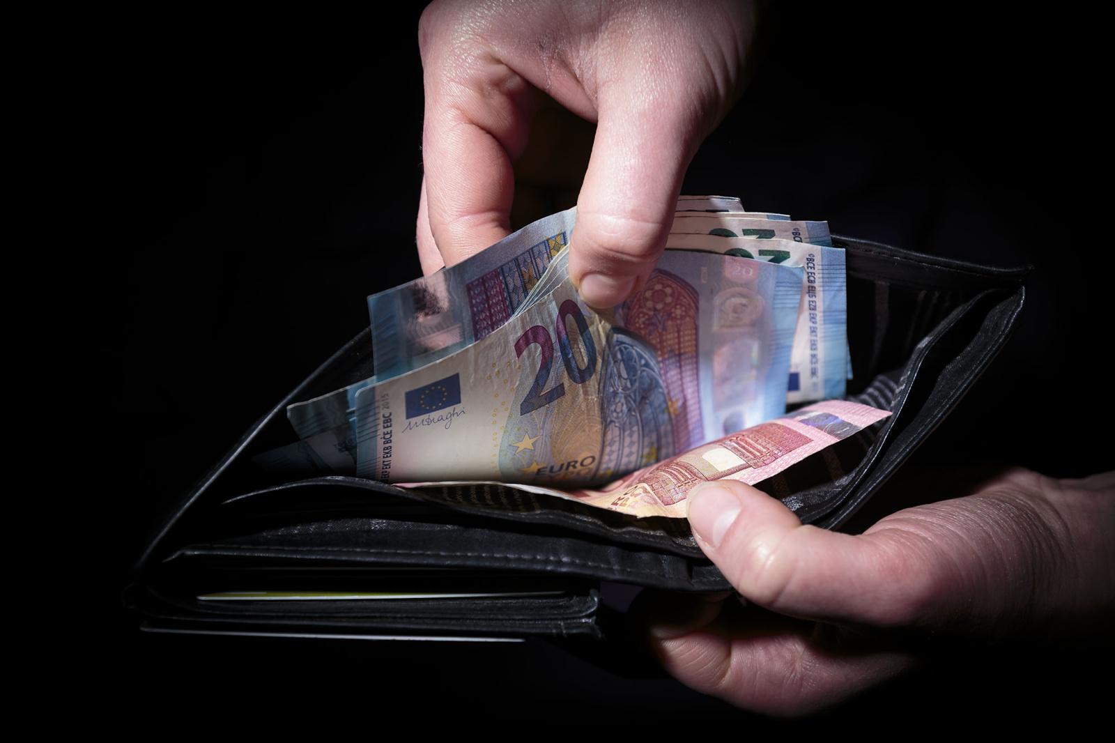 Pareigūnu apsimetęs vyras iš moters išviliojo daugiau nei 5000 eurų