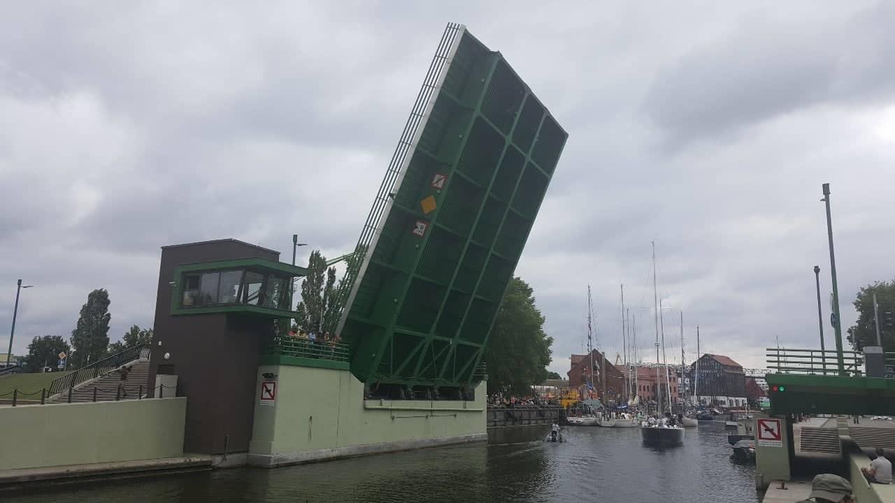 Atnaujintas Pilies tilto kilnojimas