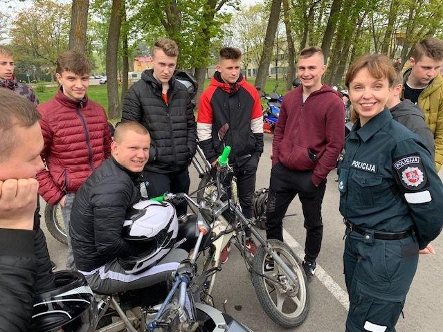 Palangos bendruomenės pareigūnai skatina saugų pramogavimą dviem ratais