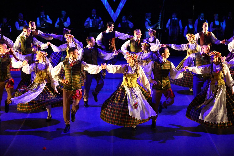 Liaudiškų šokių ansamblių varžytuvėse – tradicijų ir modernumo darna