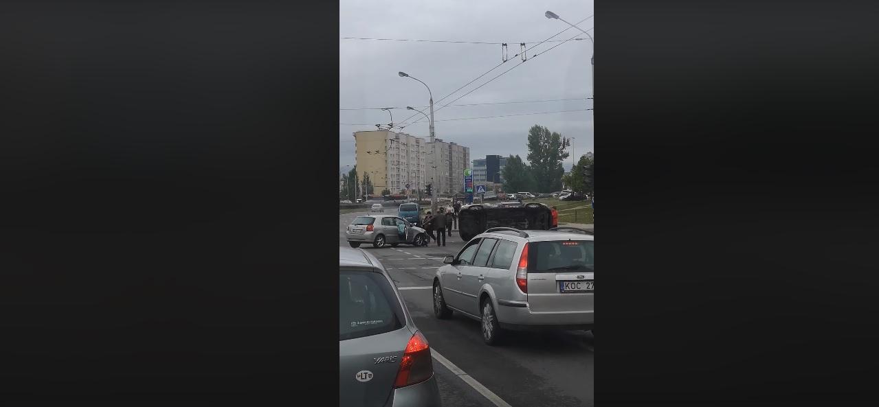 Vilniuje susidūrė du automobiliai, du žmonės išvežti į ligoninę