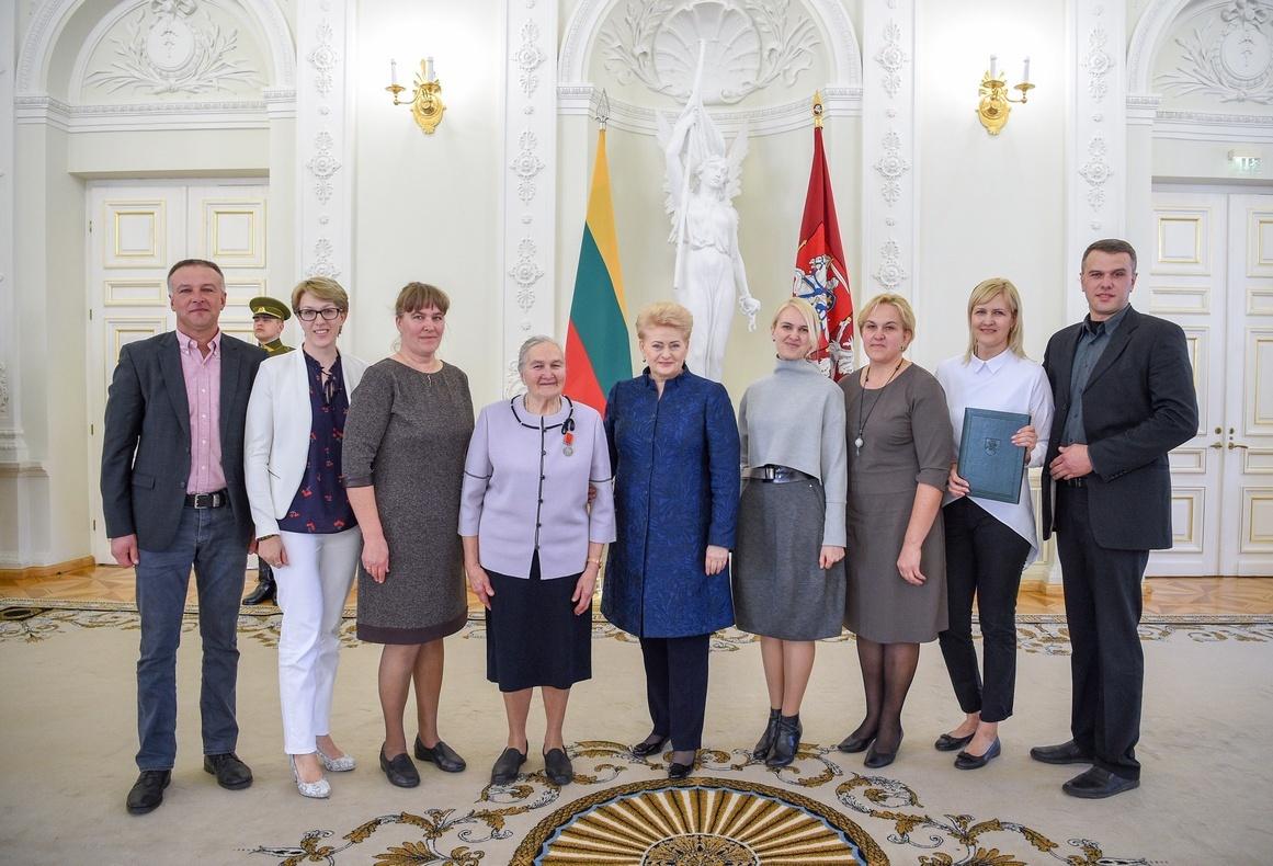 """Pagerbė ordiną """"Už nuopelnus Lietuvai"""" medalius gavusią mamą"""