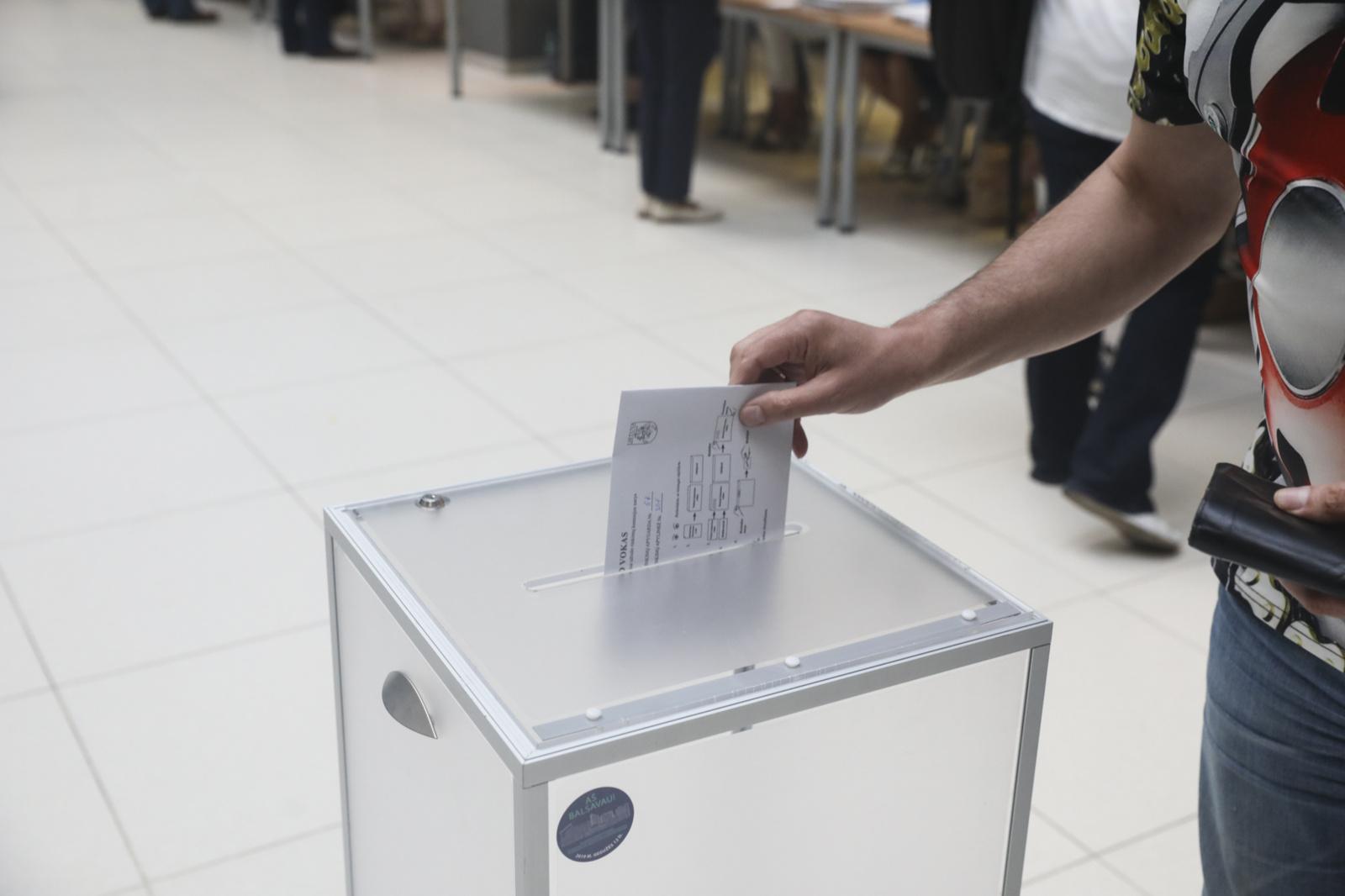 Seimo narių rinkimuose iki 15 val. balsavo 10,4 proc. rinkėjų