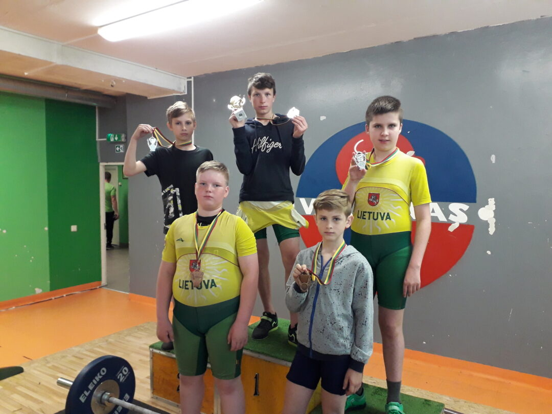 Jaunieji sunkiaatlečiai toliau skina medalius