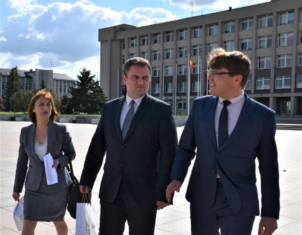 Rumunijos ambasadoriaus vizitas Marijampolėje: susitikimas savivaldybėje ir parodos atidarymas