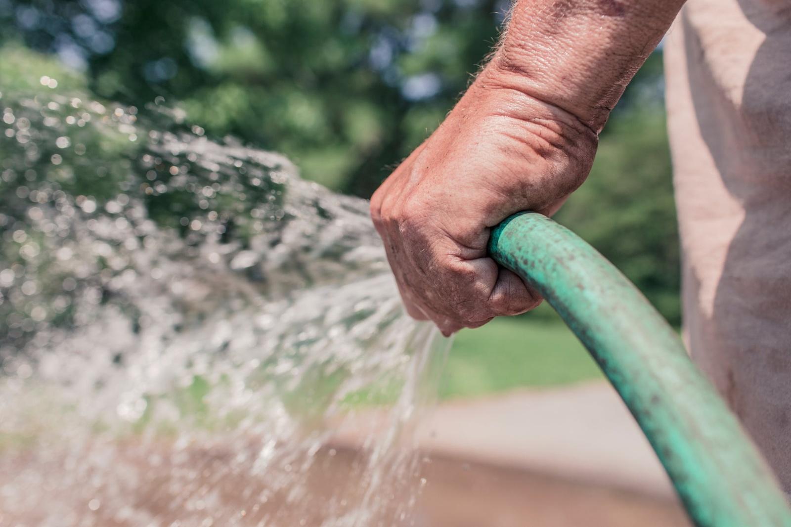 Per karščius išaugus vandens suvartojimui, prašoma laistymui jį naudoti atsakingai