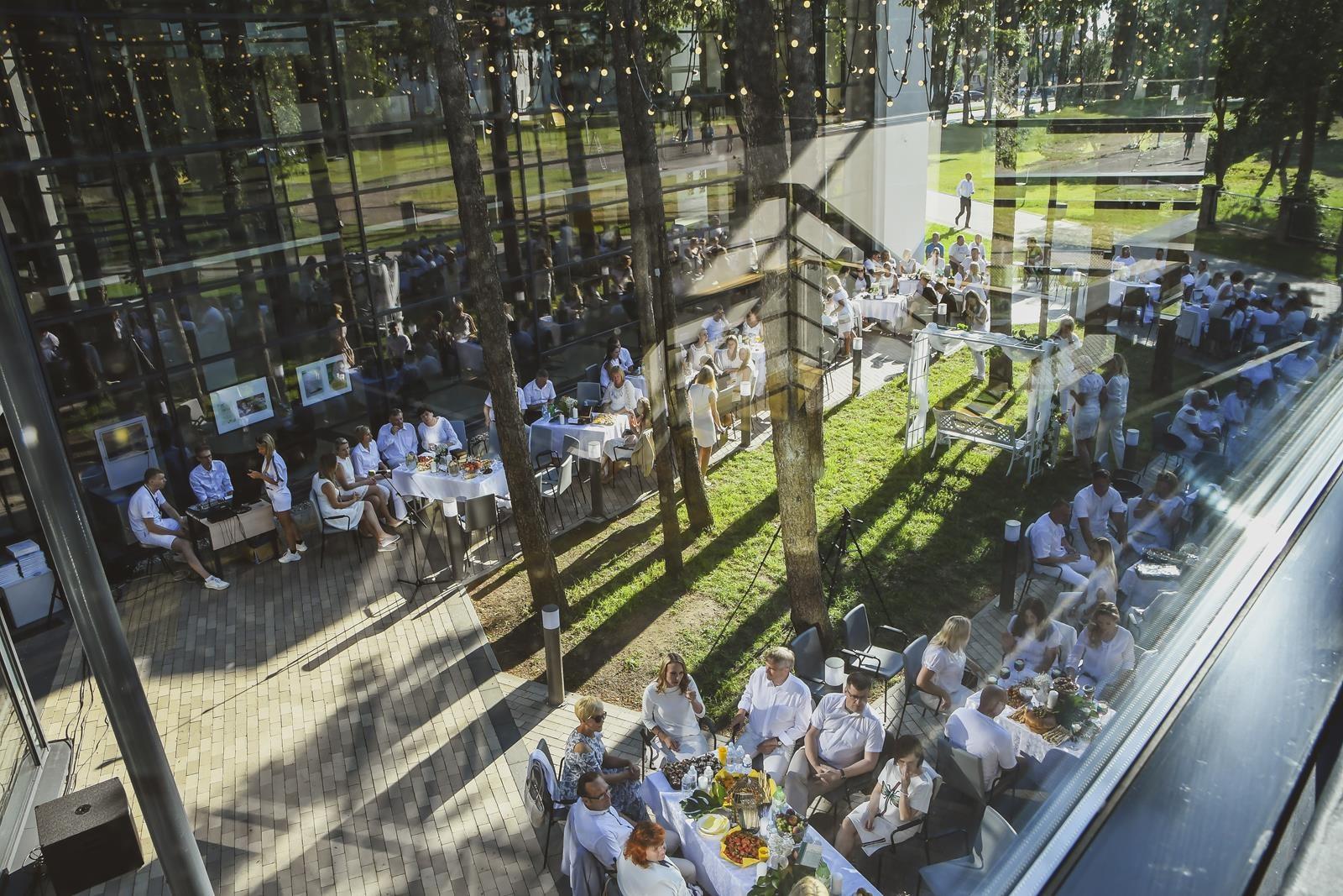 Elegantiškai balta vakarienė pajūryje: nustebino miestiečių bendrystė
