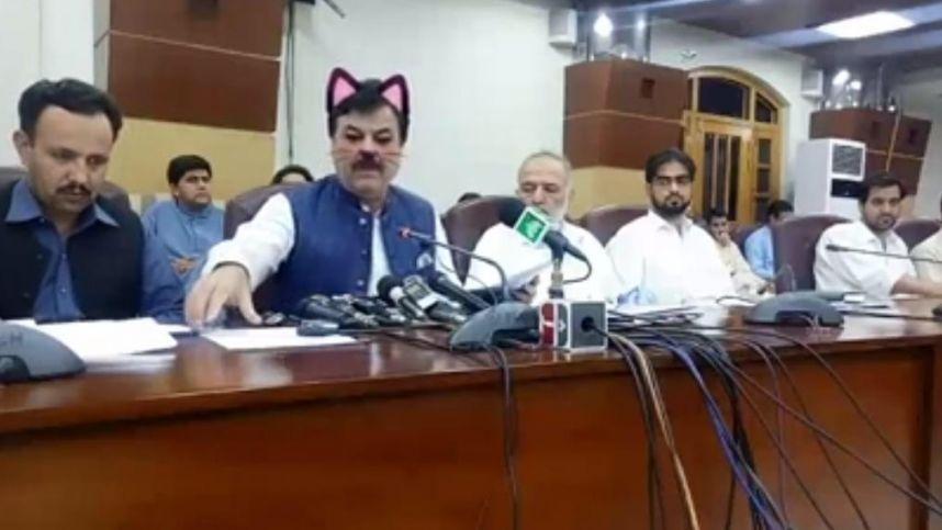Pakistano pareigūno spaudos konferencija buvo transliuota su kačių filtru