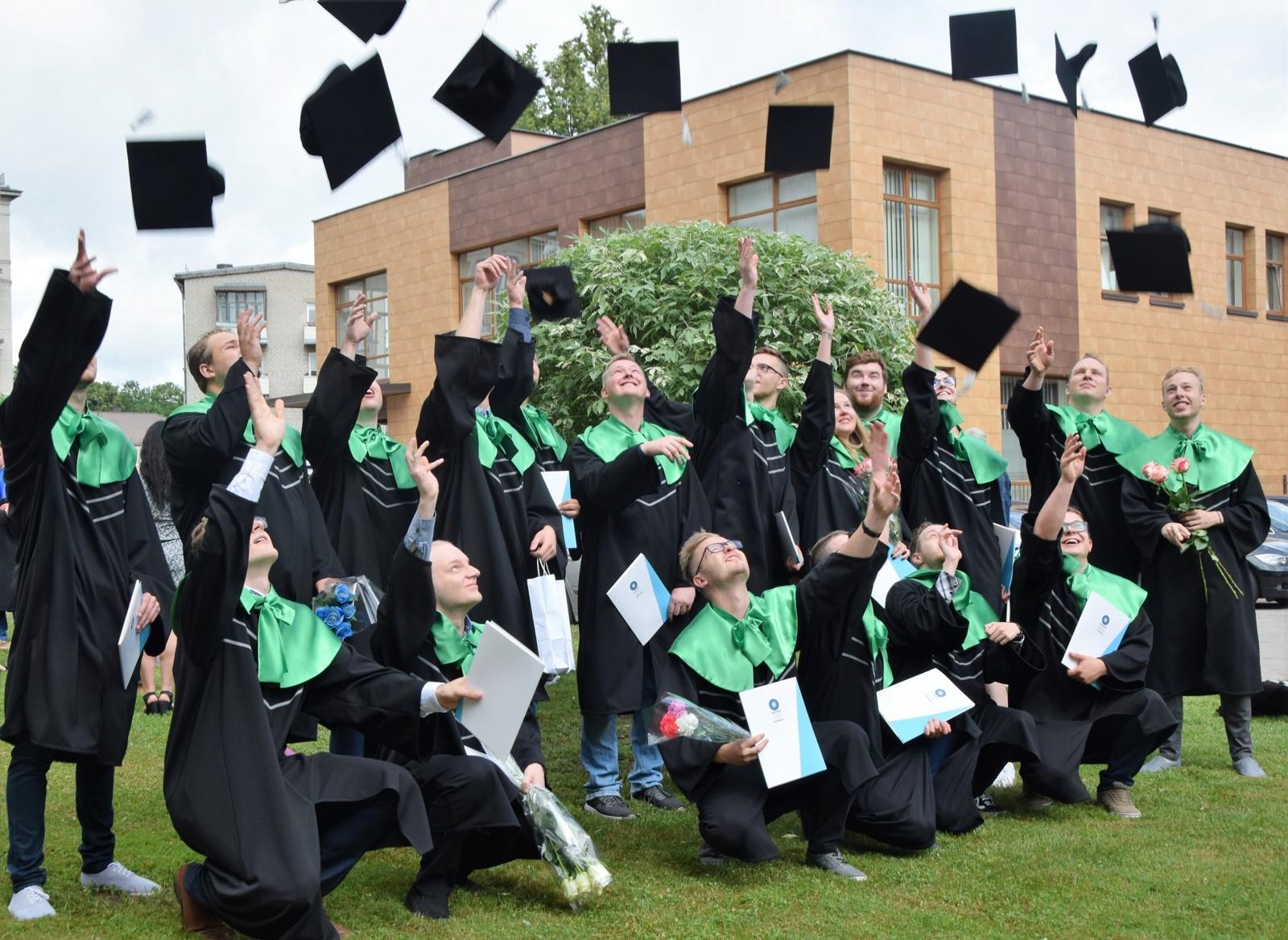 Šiaulių valstybinėje kolegijoje – diplomų įteikimo metas