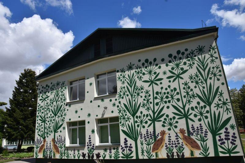 """Meniškas gamtos žaismas nuspalvino Marijampolės lopšelio-darželio """"Rūta"""" sienas"""