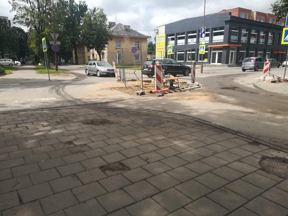 Vytauto gatvė vairuotojams primena minų lauką: bijoma prasmegti duobėse