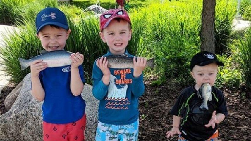 Jauniausiam sūnui nesupratus, kaip laikyti žuvį, mama padarė šimtus prajuokinusią nuotrauką