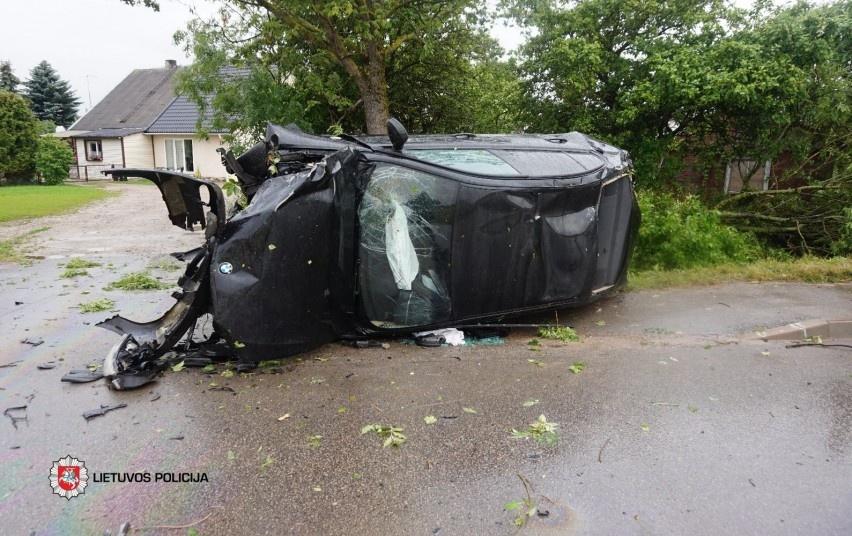 Vaikino vairuojamas BMW nulėkė nuo kelio: nukentėjo keleivė