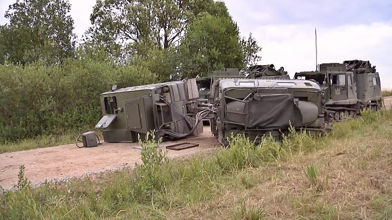 Šiaulių rajone apsivertė kariuomenės oro gynybos radaras, 5 kariai išvežti į ligoninę (vaizdo įrašas)