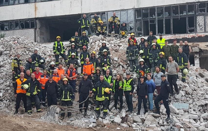 Ugniagesiai gelbėtojai sugriuvusiame pastate vadavo prispaustus žmones