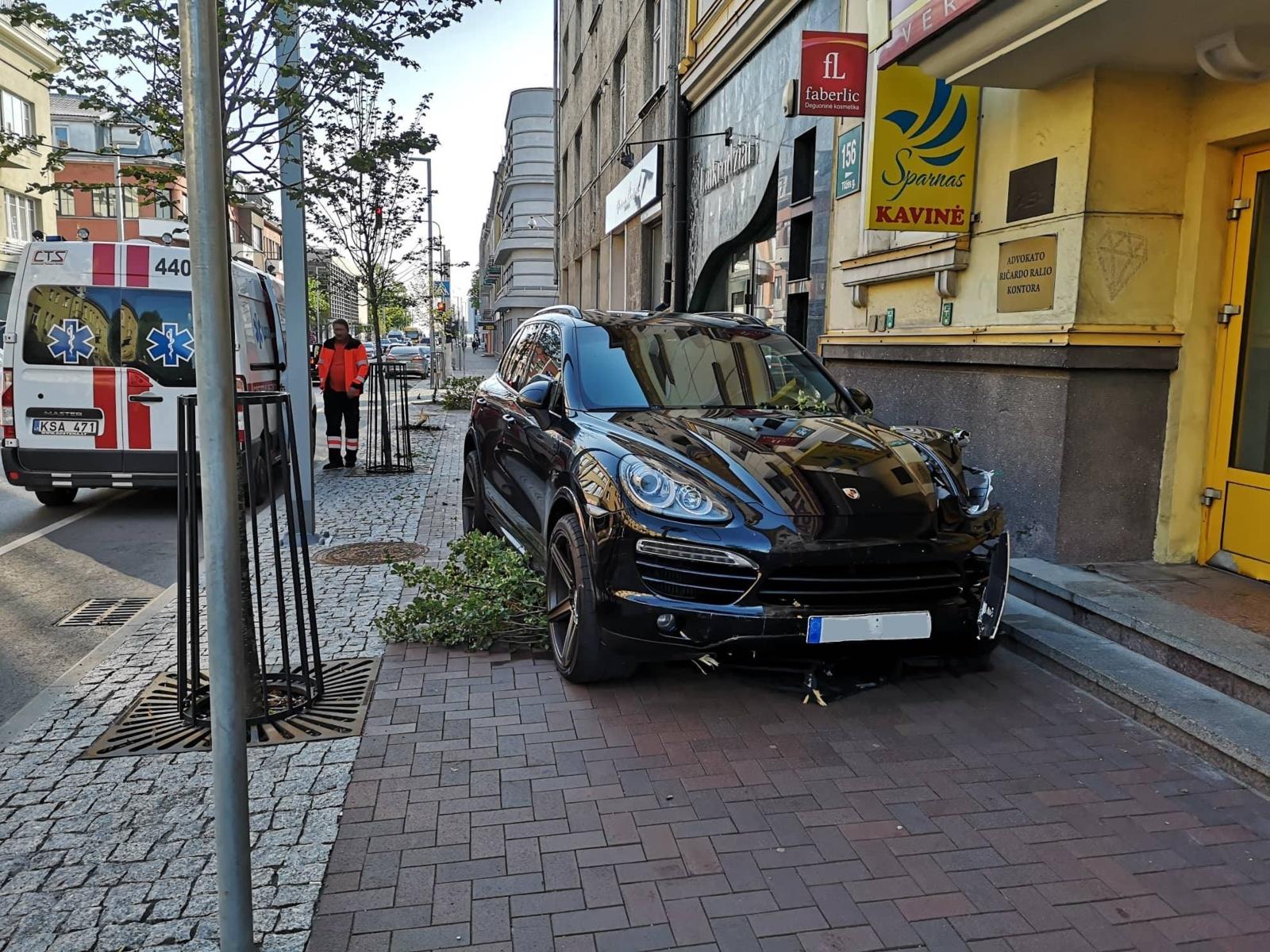 """Nulaužęs medelius, nevaldomas """"Porsche"""" sustojo ant šaligatvio (vaizdo įrašas)"""