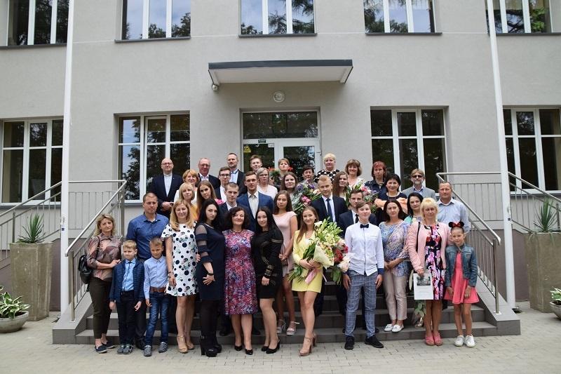 Brandos atestatai įteikti Jiezno ir Stakliškių gimnazijų abiturientams