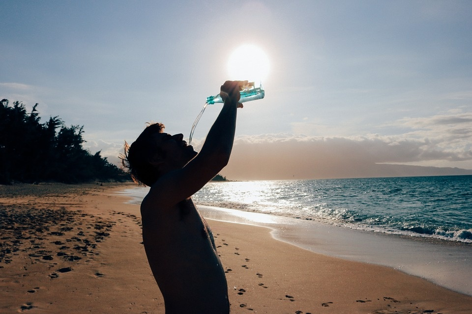 Apie skysčių svarbą keliaujant į šiltuosius kraštus: ką gerti ir kaip išvengti dehidratacijos