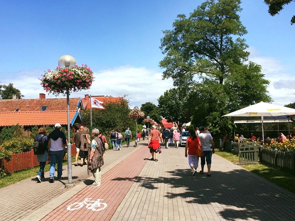 Neringoje viešintys turistai kviečiami į ekskursijas su vietiniais gyventojais
