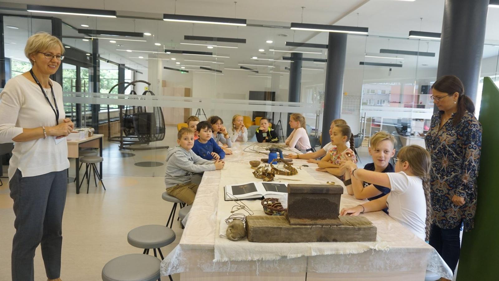 Kretingoje vaikai gamino papuošalus iš žalvario