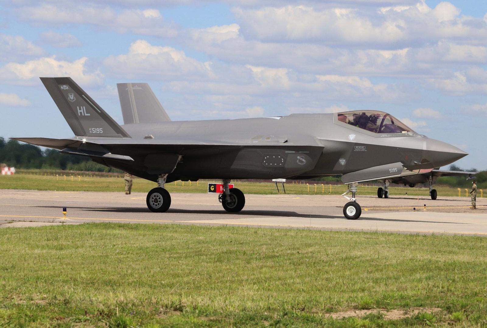Aviacijos bazėje Šiauliuose nusileido du JAV naikintuvai F-35