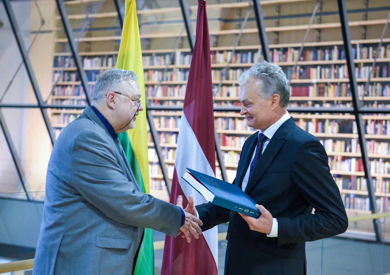 Latvijos bibliotekai G. Nausėda padovanojo paties išrinktą knygą