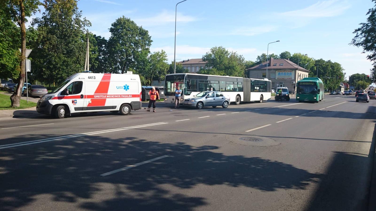 Avarija Tilžės gatvėje: susidūrė automobilis ir autobusas (vaizdo įrašas)