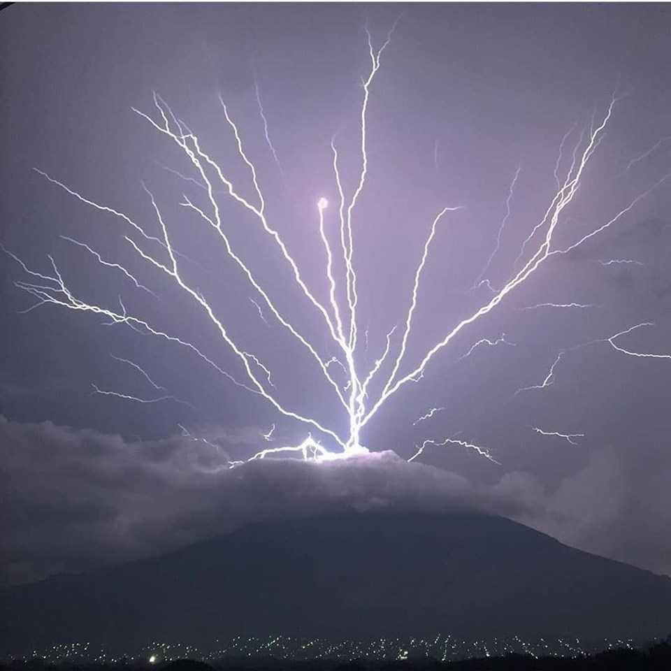 Neįtikėtinas vaizdas – užfiksavo itin retą žaibą