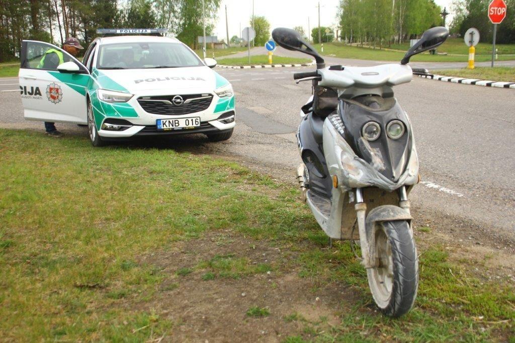 """""""BMW"""" susidūrė su mopedu: nukentėjo 16-metis"""