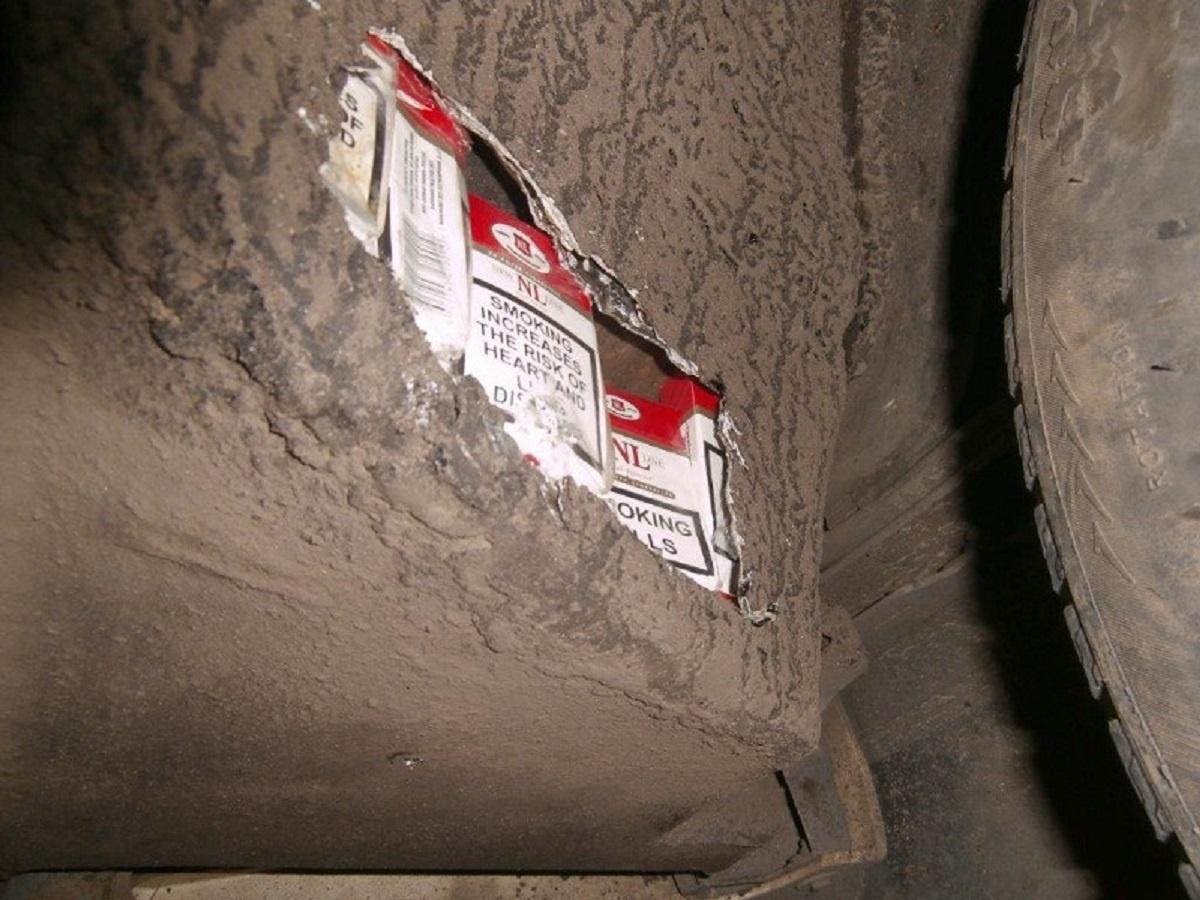 Už priekinio automobilio bamperio – kontrabandinių cigarečių slėptuvė