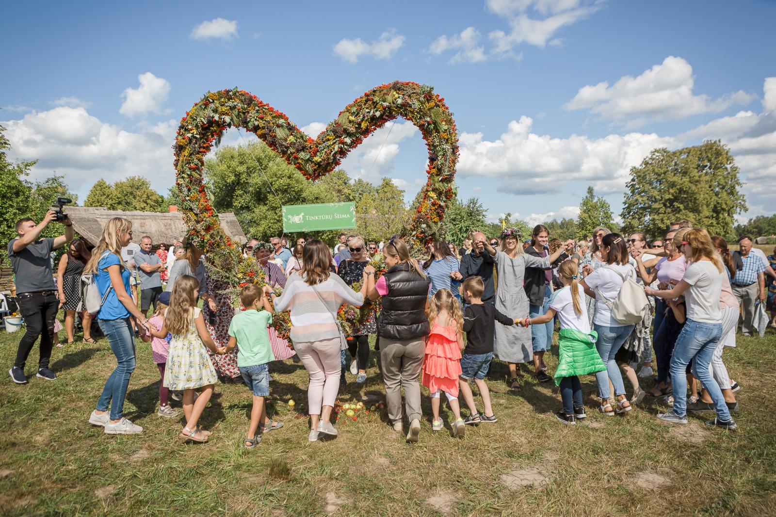 Žolinės šventėje pasiektas naujas Lietuvos rekordas -  didžiausia širdis iš vaistažolių