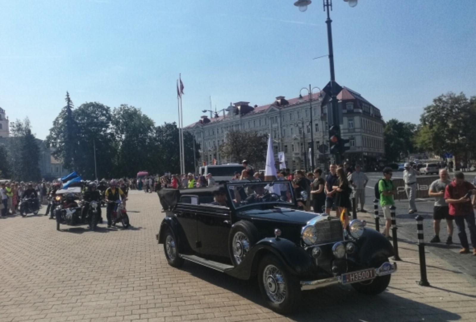 Vilniuje prasidėjo senovinių automobilių žygis Baltijos keliui paminėti