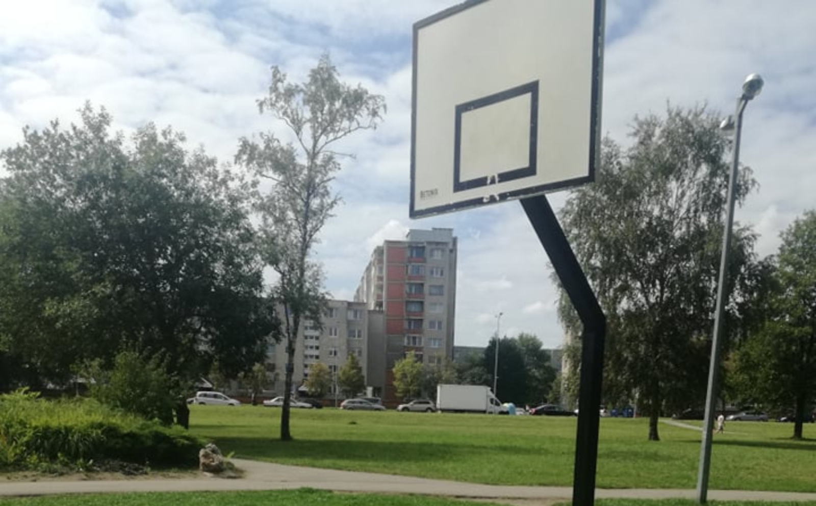 Krepšinio aikštelę sutvarkė, o lanką pamiršo?