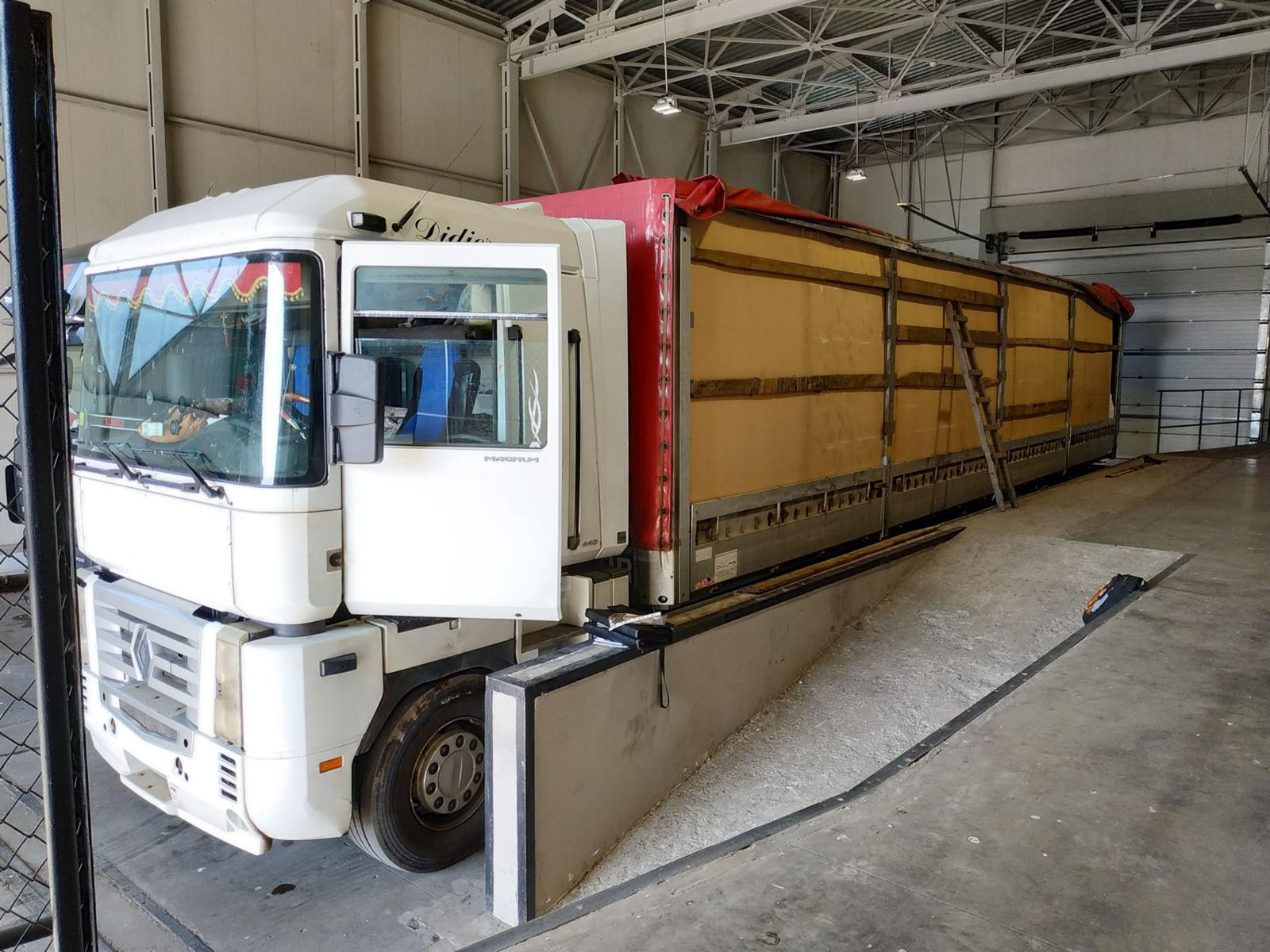 Vieną po kito – Medininkuose sulaikyti du vilkikai pilni daugiau nei 4 mln. eurų vertės kontrabandos