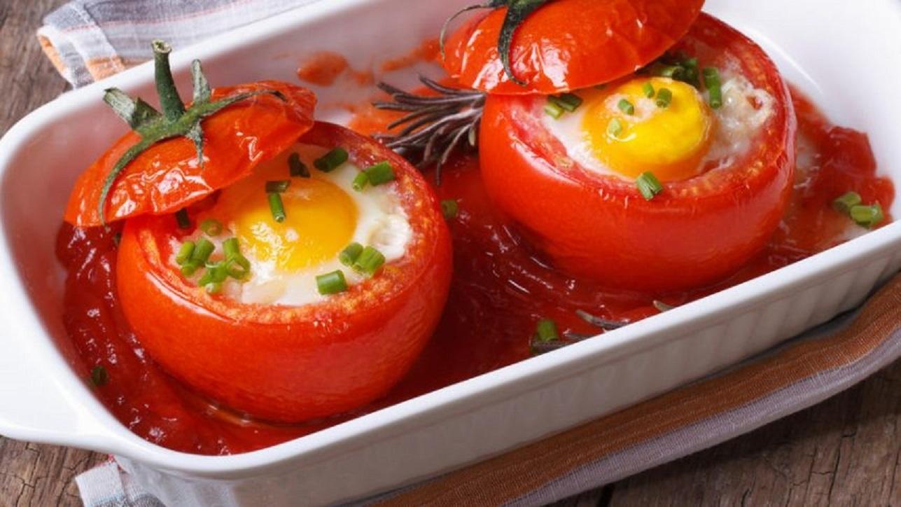 Staigmena mylimajam: kiaušinienė pomidoruose