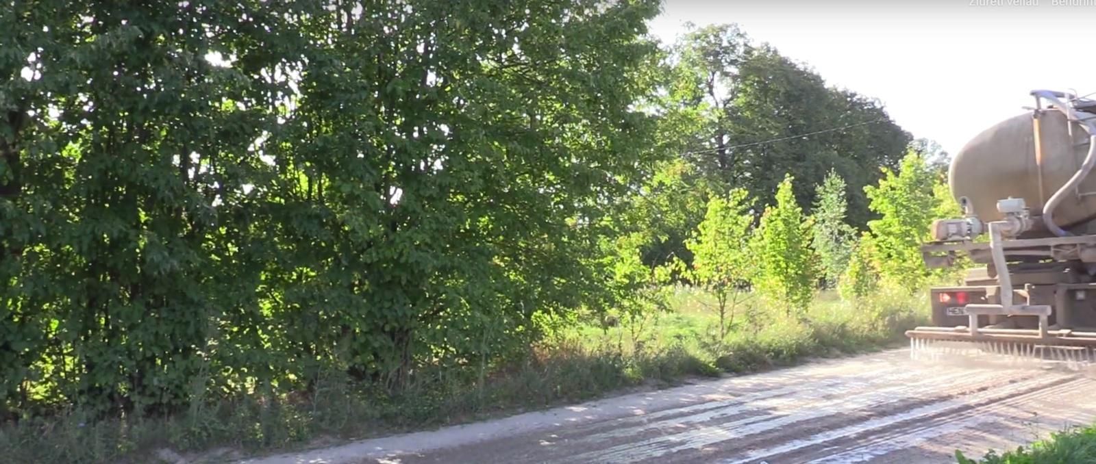 Alytaus rajone ieškoma būdų spręsti dulkančių kelių problemą (vaizdo įrašas)