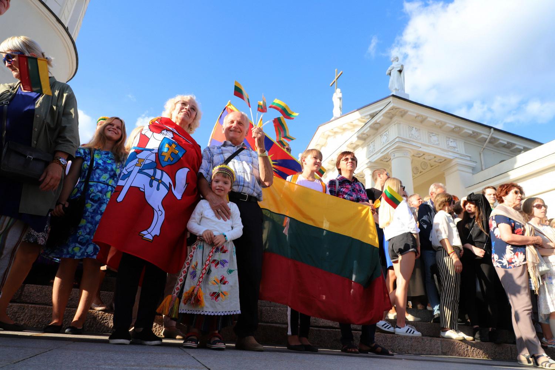 Dešimttūkstantinė minia Vilniuje susikibo rankomis, atkartodama Baltijos kelią