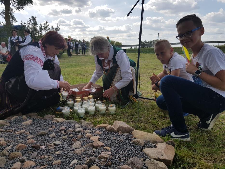 Mažeikiškiai jubiliejinio Baltijos kelio dalyviai namo grįžo pakylėti
