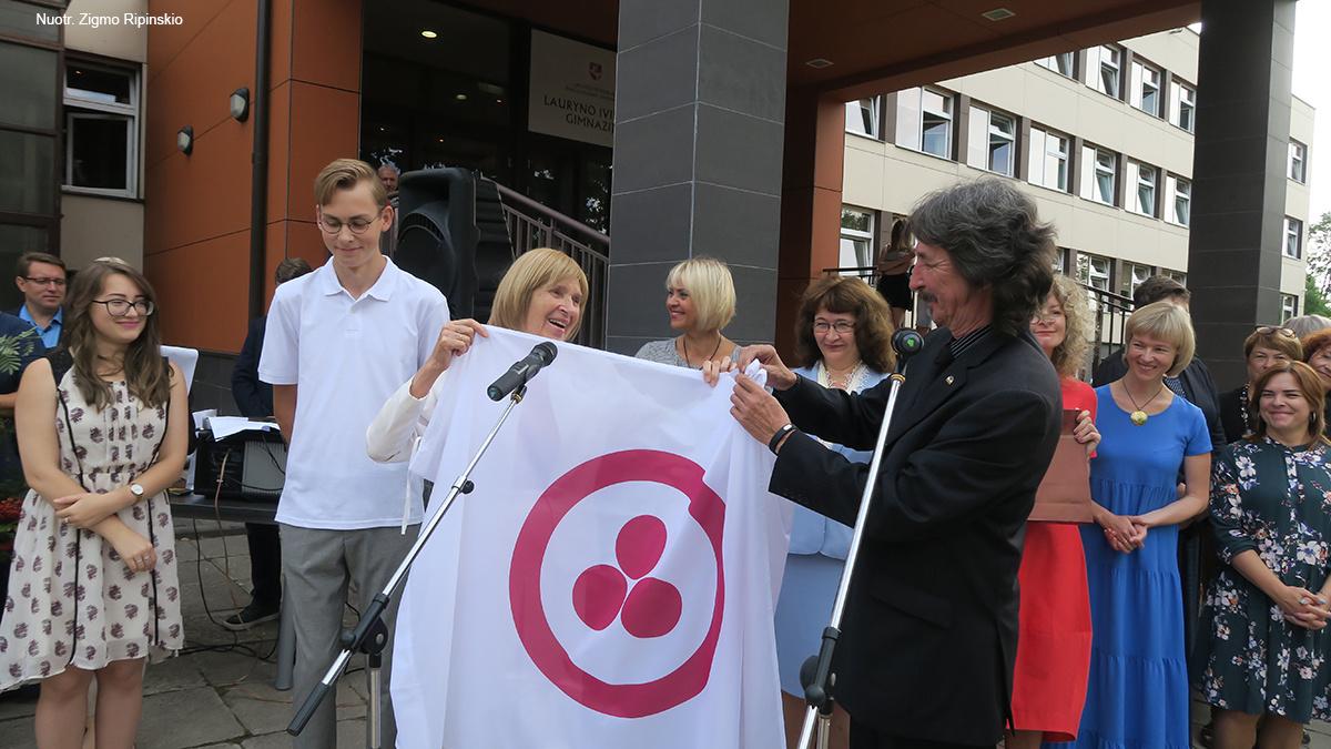 Kuršėnų Lauryno Ivinskio gimnazija mokslo metus pradeda su garbinga Taikos ir kultūros vėliava