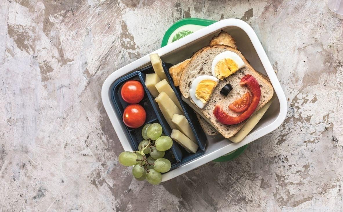Vaikų mityba mokykloje: kodėl reikalingos priešpiečių dėžutės ir kaip turėtų atrodyti jų turinys?