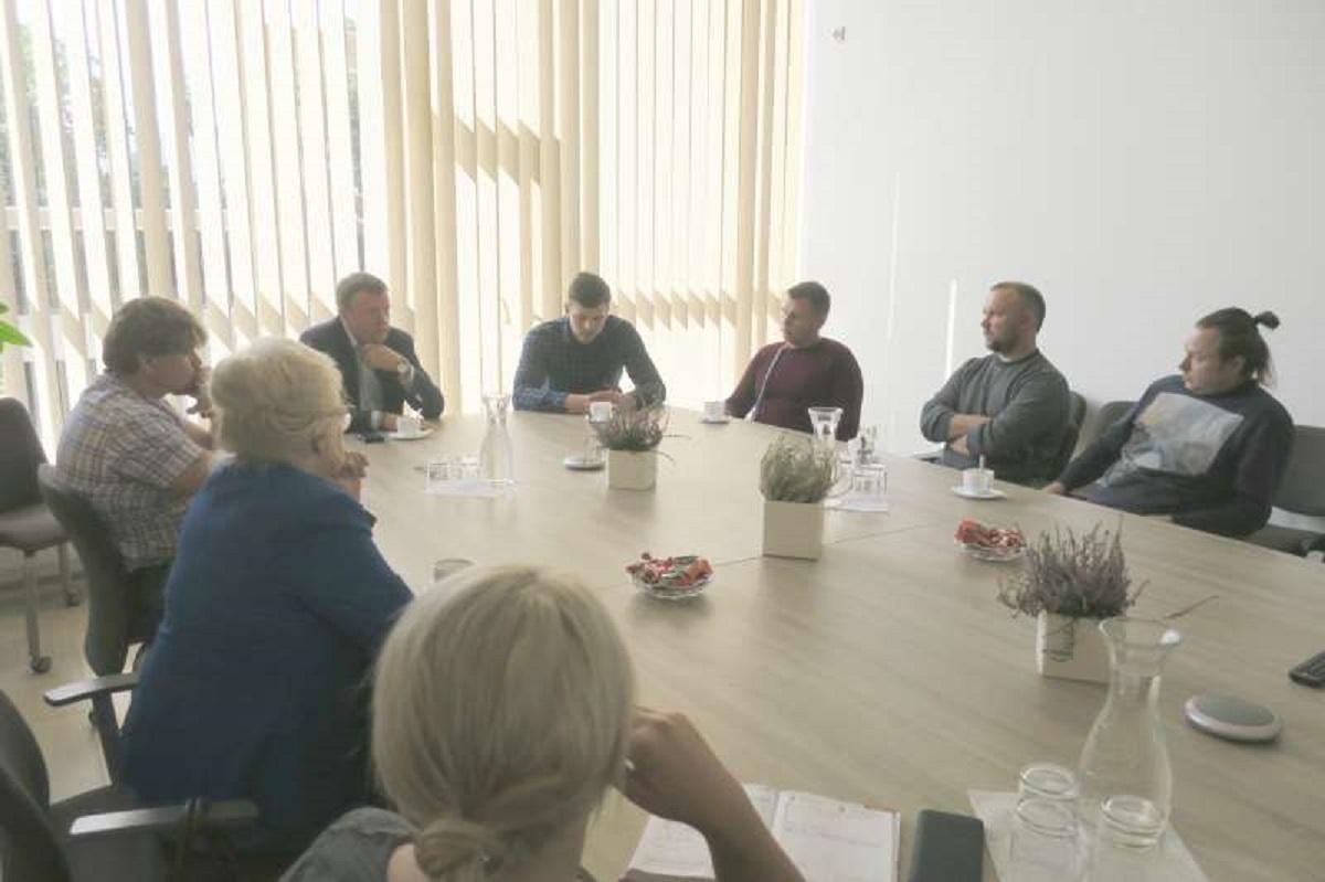 Diskutuota su rajono ūkininkais dėl pluoštinių kanapių auginimo ir perdirbimo