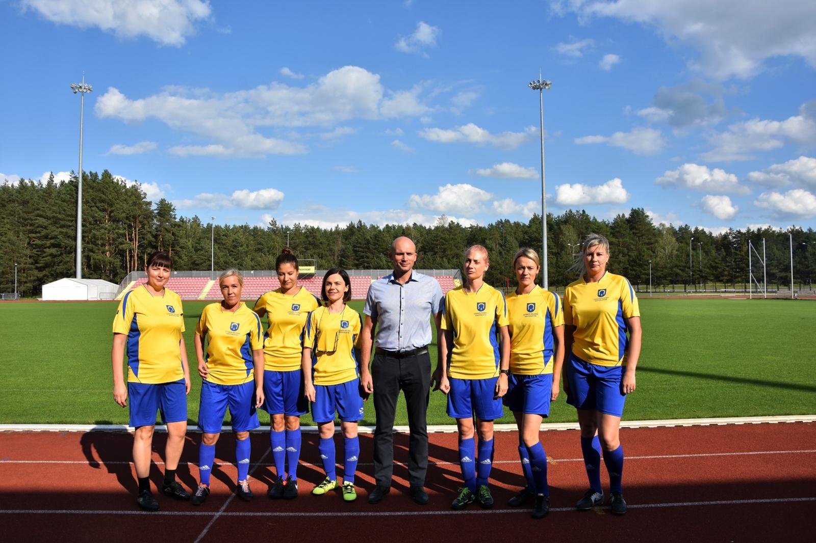 """Savivaldybės moterų futbolo komanda """"Utena"""" iškovojo taurę"""