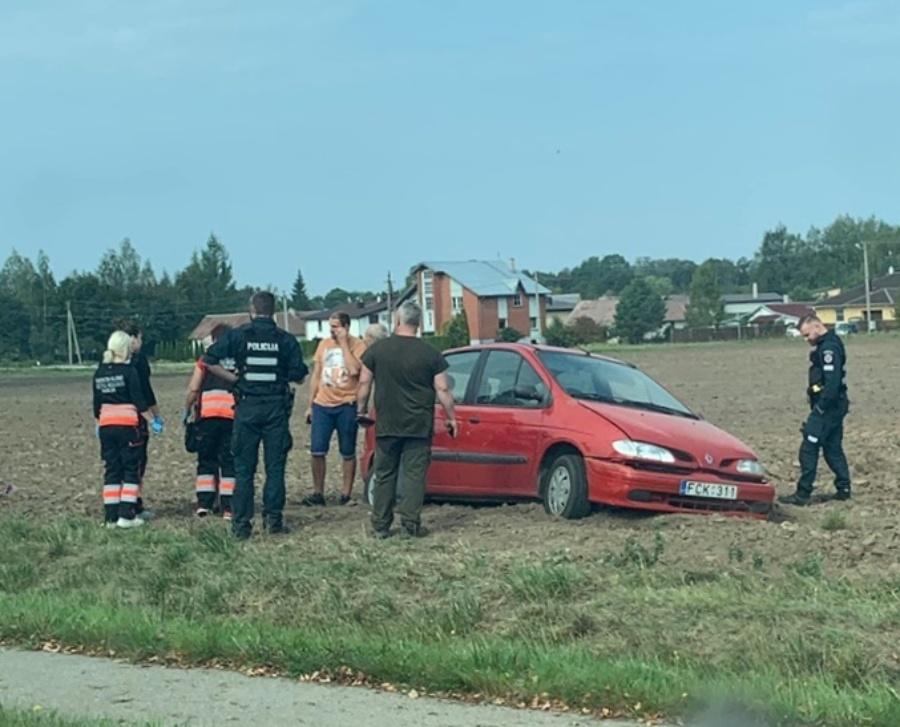 Panevėžio rajone nuo kelio nulėkė ir apvirto 20-metis vairuotojas