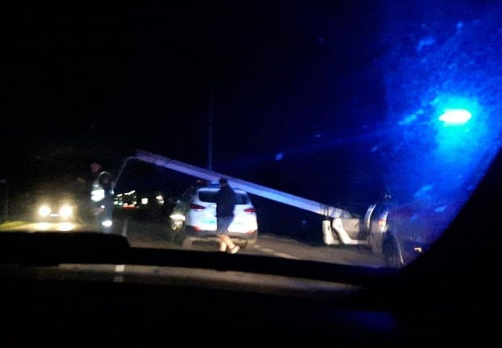Kaip iš veiksmo filmo: bėglys ant policijos automobilio užvertė stulpą